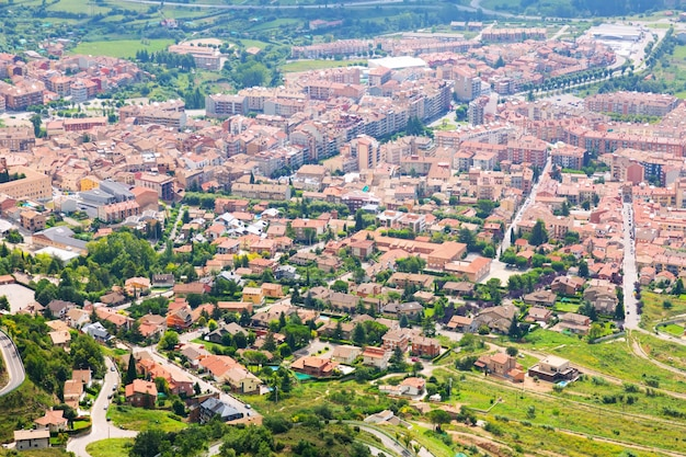 Город в пиренеях с горы. берга