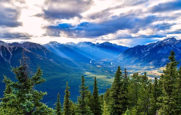 밴프 마을과 유황 산에서 본 캐나다 로키 산맥 캐나다 앨버타