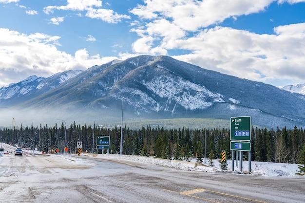밴프 타운 도로 표지판 트랜스 캐나다 고속도로 출구 밴프 국립 공원 캐나다 로키 산맥 캐나다