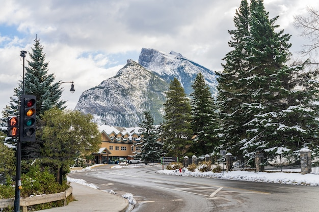 눈 덮인 날의 밴프 타운 스트리트 뷰. 밴프 국립공원, 캐나다 로키산맥. 캐나다 밴프