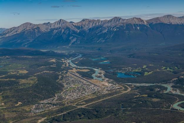 航空写真と遠くの山や湖から見たカナダ、アルバータ州ジャスパーの町