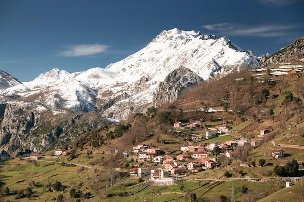 リナレスの町、ペニャルビア、カンタブリア。周りに雪山がある垂直フレーム