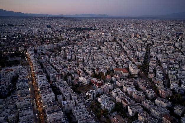 日没時の町並みのパノラマ。夕方の空の下で都市の建物の航空写真。ヨーロッパへの旅行。