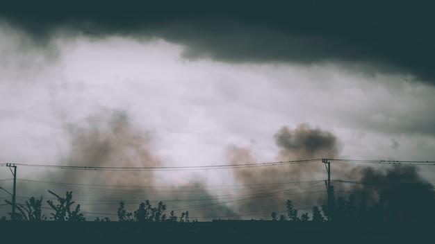 Токсичное загрязнение воздуха распространилось по всему сельскому хозяйству. идея концепции чистого воздуха. окружающая среда спасти землю идея фон