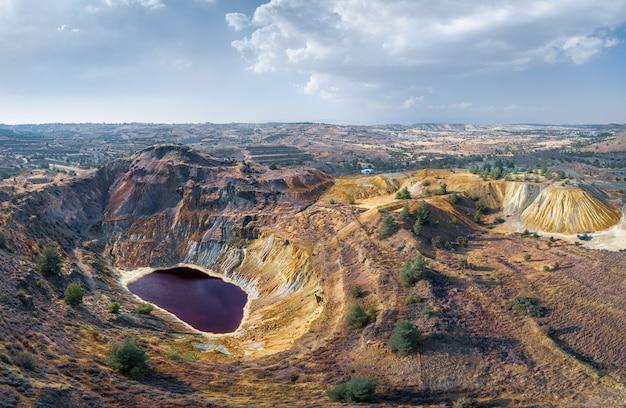 키프로스 캄피아 근처 버려진 노천 구리 광산과 폐기물 더미에 있는 유독성 호수. 공중 파노라마