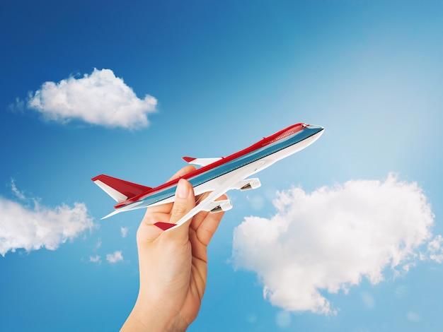 空を飛ぶ準備ができておもちゃの旅客機