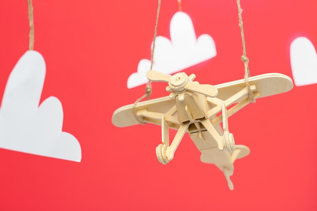 장난감 비행기가 가까이