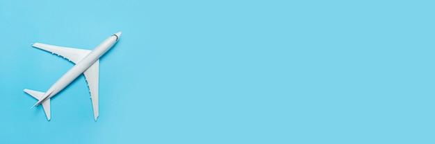 파란색 배경에 장난감 비행기입니다. 개념 여행, 항공권, 비행기. 배너.