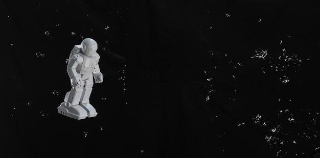 검은 하늘에 장난감 우주 비행사
