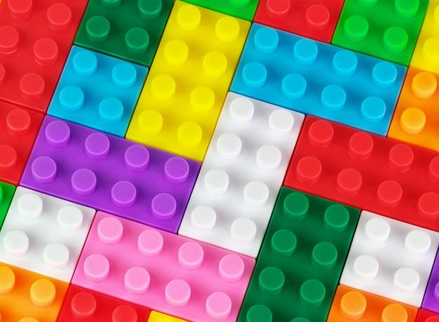 おもちゃの色のプラスチックレンガで作られたおもちゃの背景