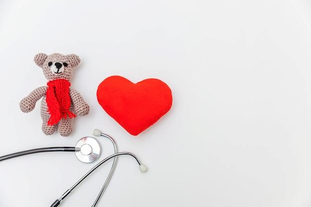 장난감 곰 붉은 마음과 의학 장비 청진 기