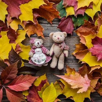 紅葉のおもちゃのクマ