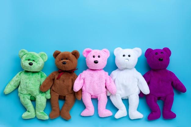 青い表面のおもちゃのクマ