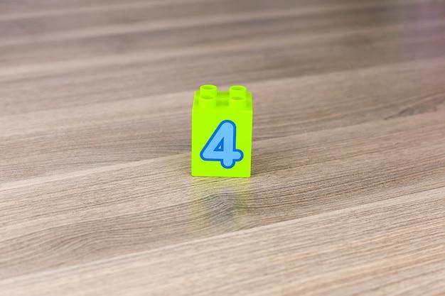 白い背景で隔離の番号4の立方体を形成するおもちゃのブロック