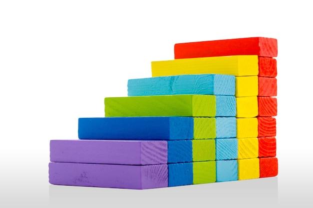 장난감 블록 infographic 차트 계단 막대, 흰색 바탕에 여러 가지 빛깔의 아이 벽돌