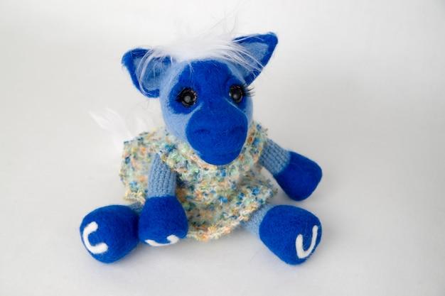 おもちゃの青い馬。東暦の年のシンボル。手作りフェルト