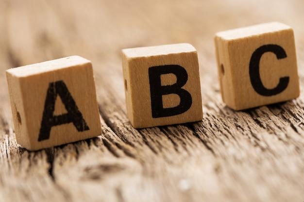 Abcの文字がテーブルの上のおもちゃのレンガ