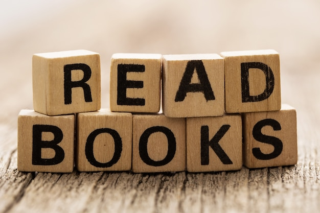 Read booksの言葉でテーブルの上のおもちゃのレンガ