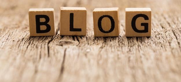 単語のブログとテーブルの上のおもちゃのレンガ