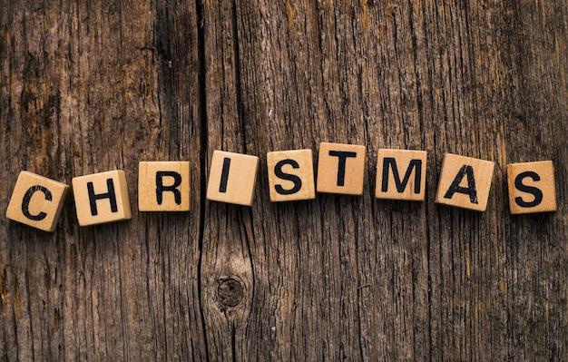 クリスマスという言葉でテーブルの上のおもちゃのレンガ