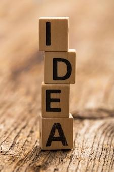 단어 아이디어와 테이블에 장난감 벽돌