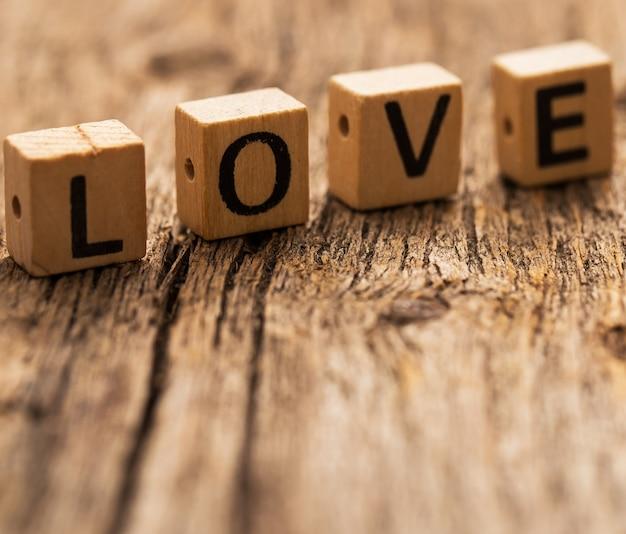 愛という言葉でテーブルの上のおもちゃのレンガ