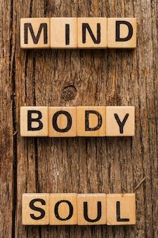 言葉の心と体の魂とテーブルの上のおもちゃのレンガ