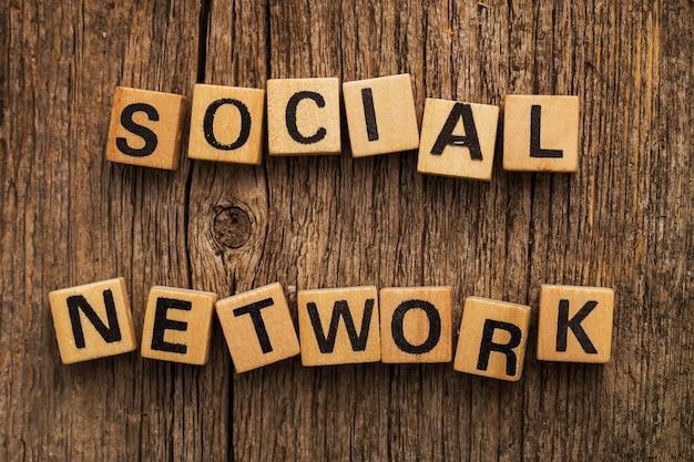 단어 소셜 네트워크와 함께 테이블에 장난감 벽돌