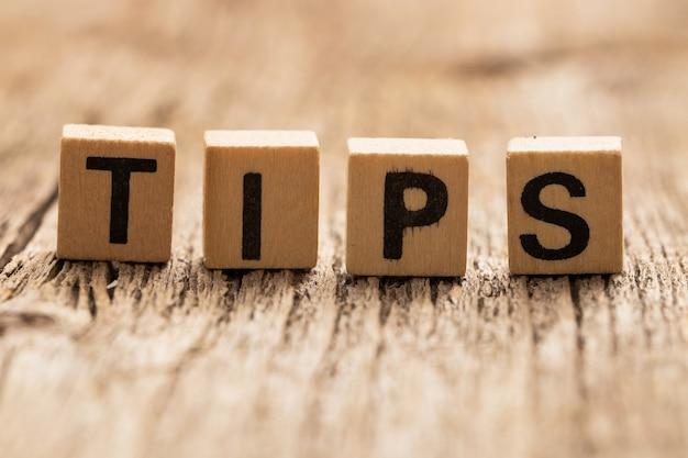 Игрушечные кубики на столе со словом tips