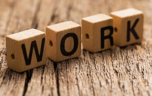 단어 작업 테이블에 장난감 벽돌