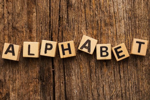 Mattoni giocattolo sul tavolo con alfabeto di parola