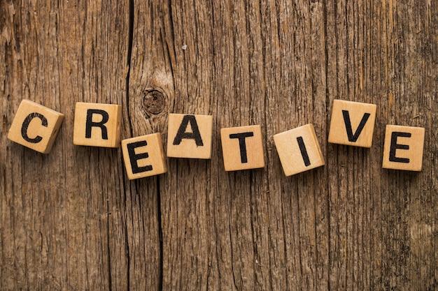 Mattoni giocattolo sul tavolo con la parola creativa