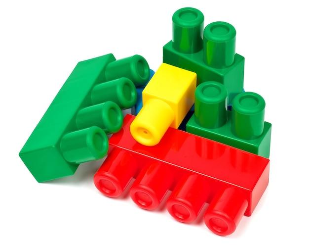 白い背景の上のカラフルなブロックを構築するおもちゃ