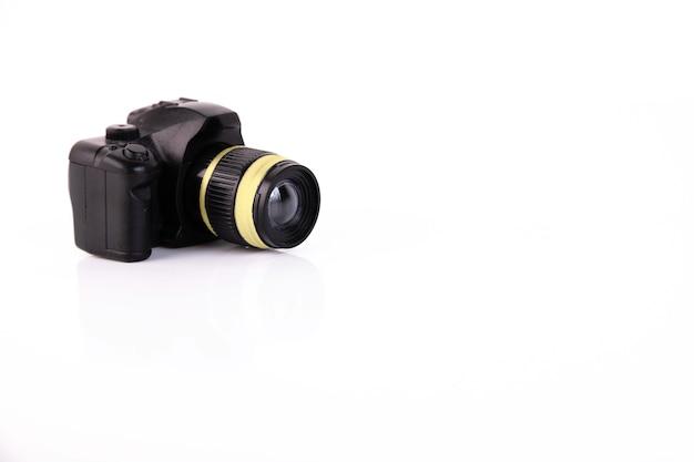 흰색 바탕에 장난감 카메라입니다. 개념. 공간 복사