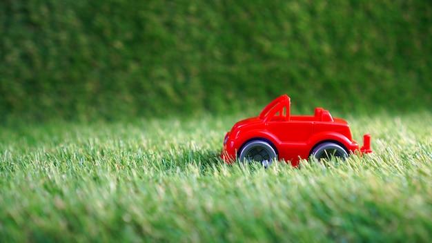 녹색 인공 잔디에 장난감 자동차
