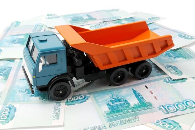 紙幣の背景におもちゃの車。