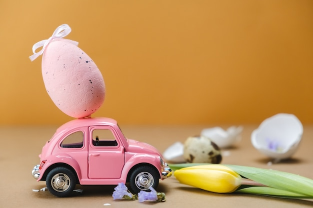 屋根にイースターエッグのおもちゃの車