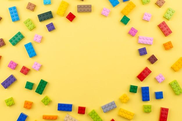 노란색 바탕에 장난감 색된 플라스틱 빌딩 블록