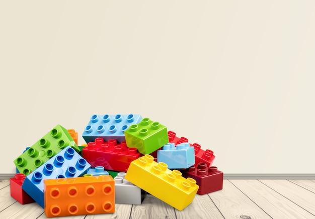 木製のテーブルの上のおもちゃのカラフルなブロック