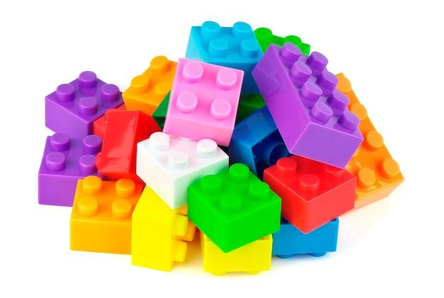 白い背景で隔離のおもちゃのカラフルなプラスチックブロック