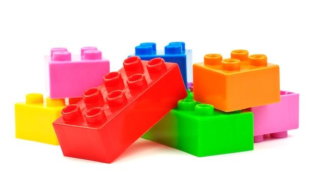 白い背景で隔離のおもちゃのカラフルなプラスチックブロック Premium写真