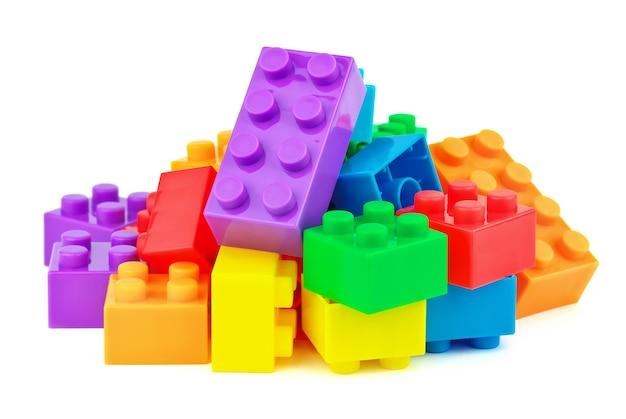 白い背景の上のおもちゃのカラフルなプラスチックブロック