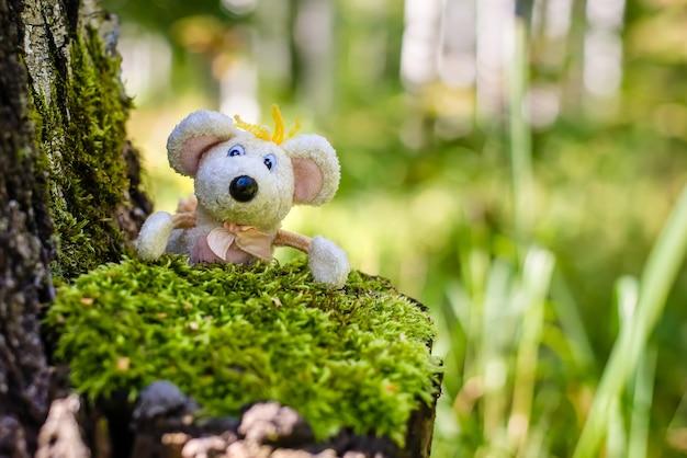 이끼에 여름 녹색 숲에서 장난감 귀여운 재미있는 흰색 마우스