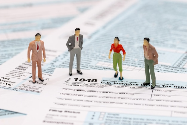 Фигурки игрушек, стоящие на налоговой декларации 1040