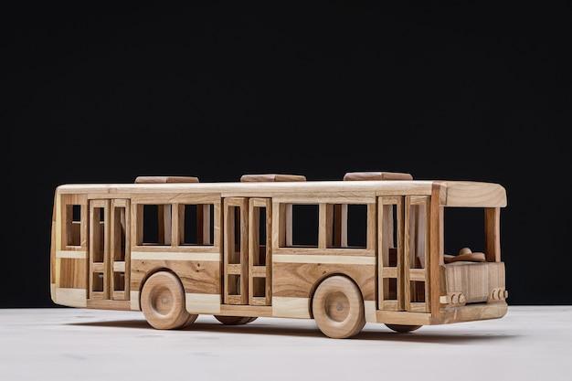 소년 수제 나무 버스 장난감