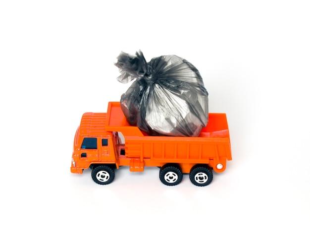 Игрушечный мусоровоз с мешками для мусора, изолированные на белом фоне