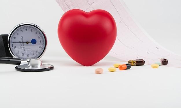 心電図の背景にあるおもちゃの心臓と眼圧計心臓の心臓病のケア