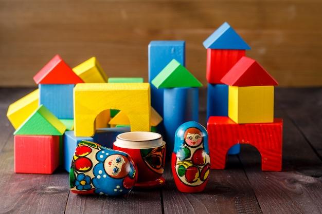 Игрушечный домик и семья из дерева с блоками