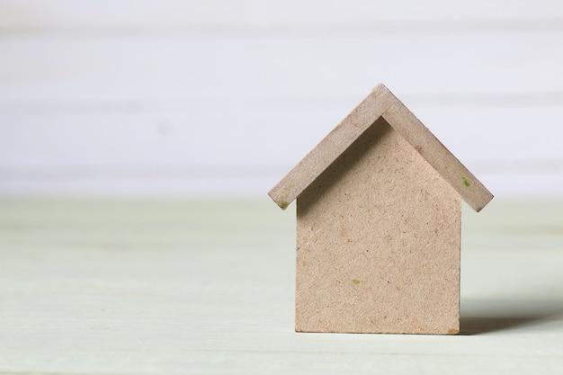 おもちゃの家と看板