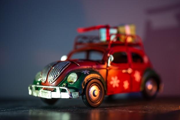 屋根にギフトが付いているおもちゃの鉄の車のモデル。インテリアのディテール。